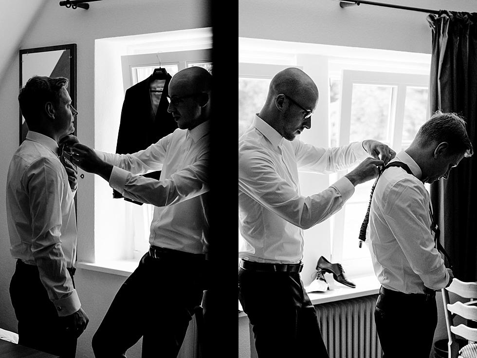 Bräutigam und Trauzeuge beim Fliege binden, Heiraten im Haverbeckhof Bispingen - Jana Richter fotografie-11.jpg