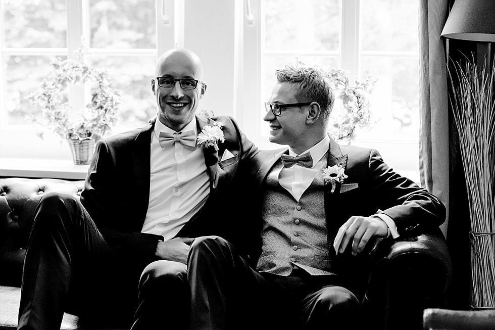 Freunde fürs Leben, Bräutigam und Trauzeuge, Männer im Anzug, Heiraten im Haverbeckhof Bispingen - Jana Richter fotografie-14.jpg