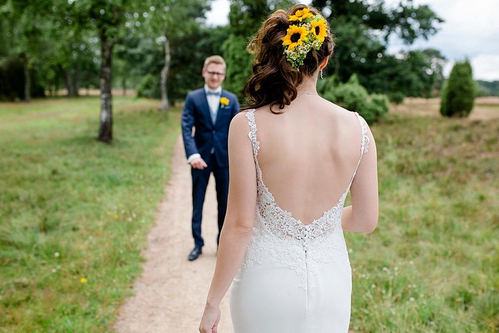 Sonnenblumen im Haar, Braut geht auf Bräutigam zu, Heiraten im Haverbeckhof Bispingen - Jana Richter fotografie-16.jpg