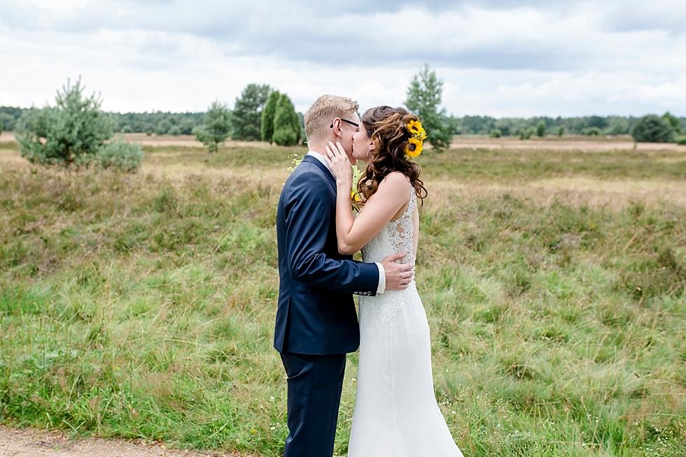 Braut und Bräutigam in der Heide, Brautpaar in der Heide, erste Begegnung, Heiraten im Haverbeckhof Bispingen - Jana Richter fotografie-17.jpg