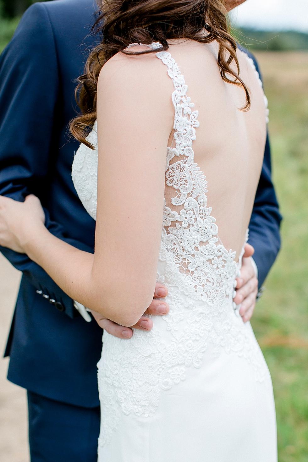 Spitzenkleid, freier Rücken beim Brautkleid, Heiraten im Haverbeckhof Bispingen - Jana Richter fotografie-21.jpg
