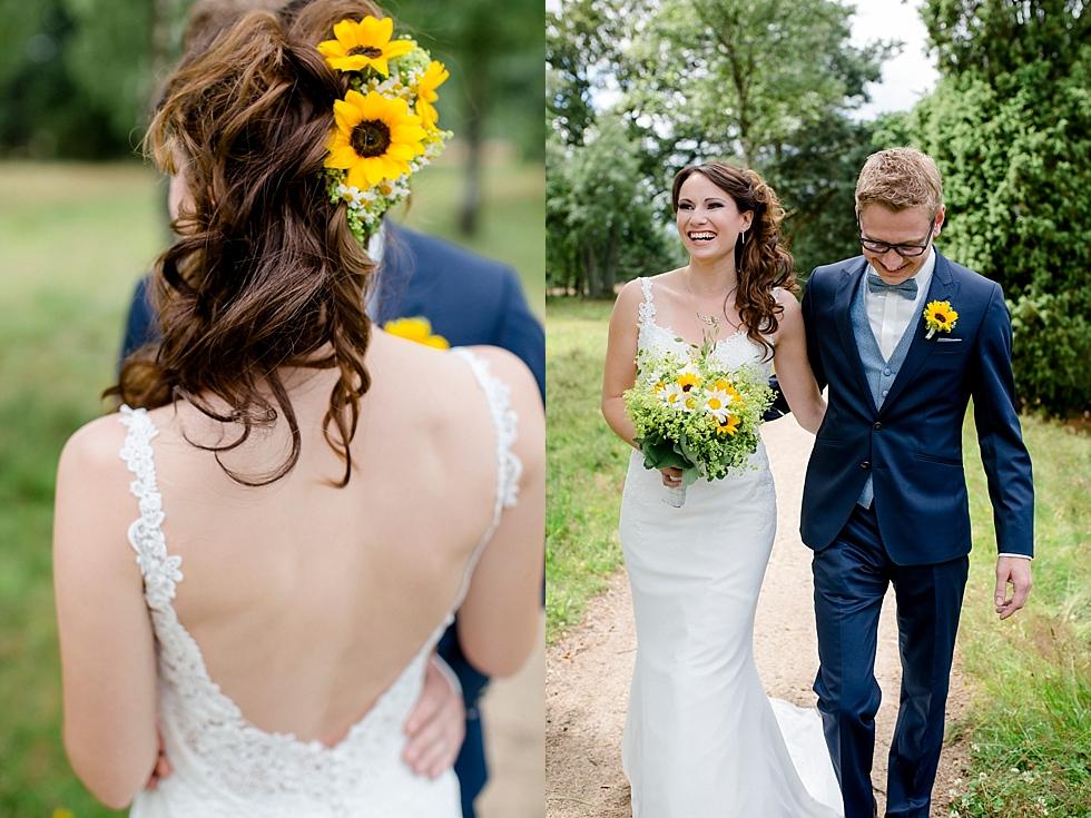 Haarschmuck aus Sonnenblumen, Sonnenblumen Brautstrauß, Heiraten im Haverbeckhof Bispingen - Jana Richter fotografie-22.jpg