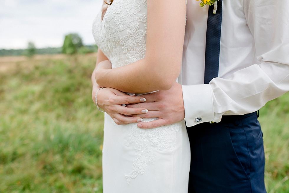 Hände von Braut und Bräutigam, Heiraten im Haverbeckhof Bispingen - Jana Richter fotografie-23.jpg