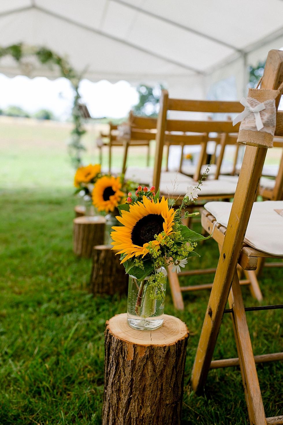 Sonnenblumendeko, Freie Trauung, Holzstühle, Heiraten im Haverbeckhof Bispingen - Jana Richter fotografie-29.jpg