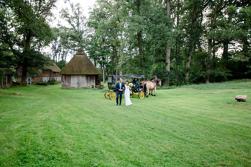 Braut kommt mit Pferdekutsche, Heiraten im Haverbeckhof Bispingen - Jana Richter fotografie-36.jpg